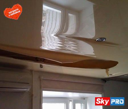 Сильный порез натяжного потолка